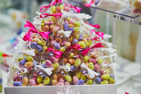 Bunte Bonbons in transparenten Tüten bei Hochzeitsfeier oder Event-Party. Individuelle Geschenke für Gäste Standard-Bild