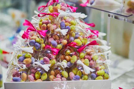 Kleurrijke snoepjes in transparante zakjes op huwelijksreceptie of evenementenfeest. Individuele cadeautjes voor gasten Stockfoto