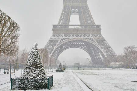 Szenische Ansicht zum Eiffelturm an einem Tag mit starken Schneefällen. Ungewöhnliche Wetterbedingungen in Paris