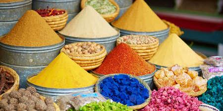 Auswahl an Gewürzen auf einem traditionellen marokkanischen Markt (Souk) in Marrakesch, Marokko