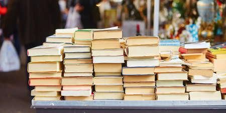 Libros antiguos en un mercadillo parisino