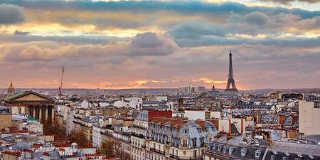 Bel horizon parisien avec la tour Eiffel avec le coucher du soleil coloré dramatique Banque d'images