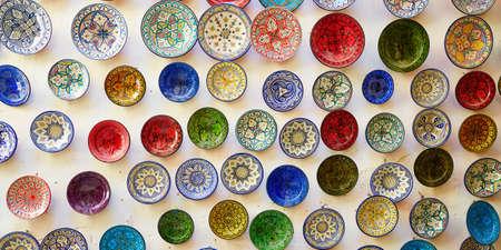 Auswahl an traditioneller Keramik auf dem marokkanischen Markt (Souk) in Fes, Marokko
