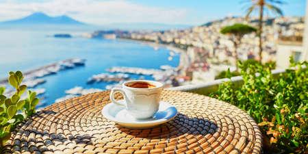 Taza de café espresso fresco en una cafetería con vistas al monte Vesubio en Nápoles, Campania, Sur de Italia Foto de archivo