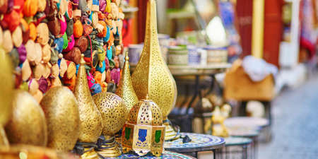 Selection of traditional lamps on Moroccan market (souk) in Fes, Morocco Standard-Bild - 131685368