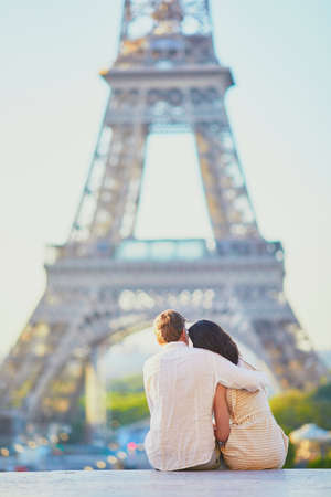 Happy romantic couple in Paris, near the Eiffel tower. Tourists spending their vacation in France Standard-Bild - 132470435