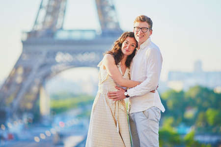 Happy romantic couple in Paris, near the Eiffel tower. Tourists spending their vacation in France Standard-Bild - 132470740