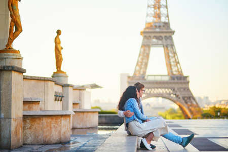 Happy romantic couple in Paris, near the Eiffel tower at sunrise. Tourists spending their vacation in France Standard-Bild - 132470777
