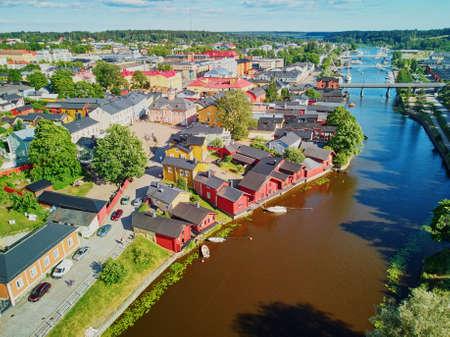 Malowniczy widok z lotu ptaka historycznego miasta Porvoo w Finlandii