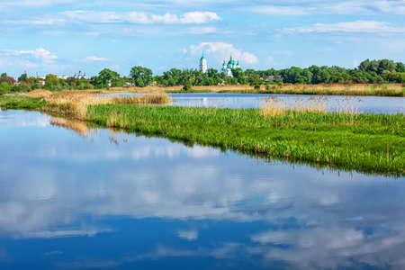 Beautiful white green-domed orthodox church in Ukrainian town of Kozelets across Desna river Banco de Imagens