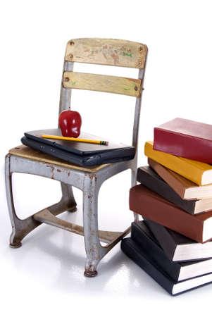 리플렉션 사용 하여 흰색 배경에 hardbound도 서의 스택 옆에 사과와 연필 ontop laptap를 들고 오래 된 학교의 자.