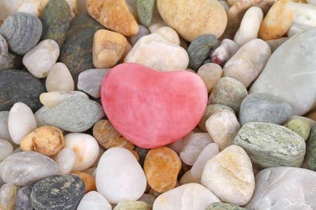 roze: Beautiful roze quartz gem heart on pebbles