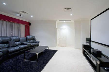 home theater: camera di Home theater con sedie poltrona di pelle nera,