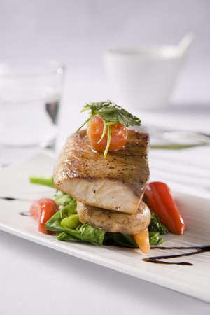 culinaire: Poisson grill� servi avec une salade de poivrons et tomates Banque d'images