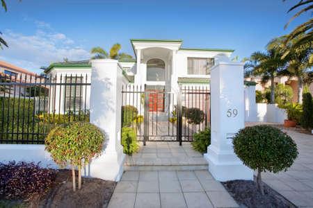 herrenhaus: Luxus Villa Haus Vorderseite in suburban district