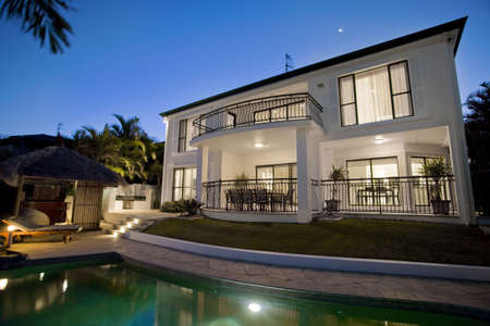 Luxuus mansion exter at dusk overlooking pool Stock Photo - 6151949