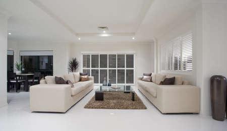 interni casa: Sala da pranzo si affaccia lusso casa soggiorno interni