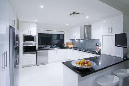 Moderna cocina en mansión de lujo Foto de archivo