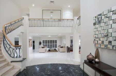 interni casa: Ingresso Mansion di lusso con pavimento in marmo