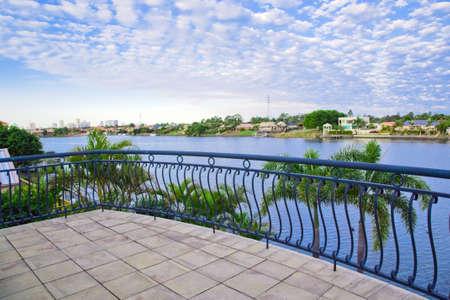 overlooking: Vistas de balc�n desde waterfront mansi�n con vistas al canal