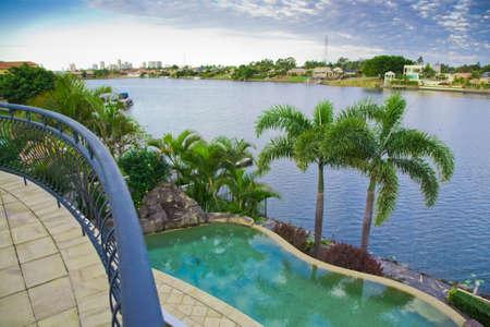 overlooking: Vistas de balc�n desde el muelle mansi�n con piscina con vistas al canal Foto de archivo