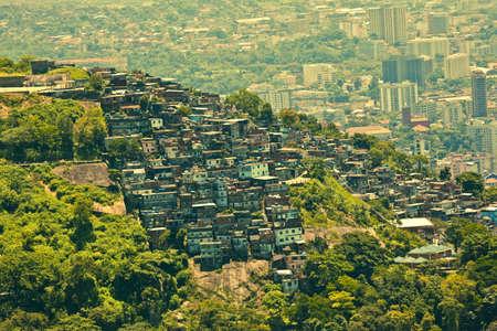 krottenwijk: Favela of sloppen wijk gezien vanaf Corcovado