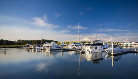 literas: Barcos con reflejos en la Marina de la isla de la esperanza