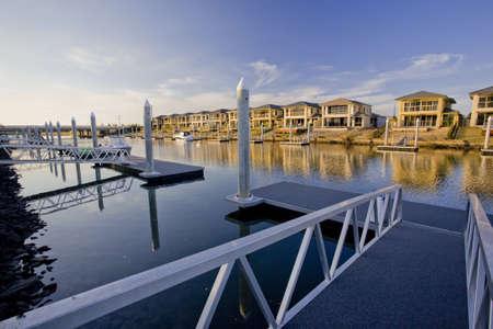 kojen: Waterfront H�user auf dem Fluss mit Marina Liegeplatz