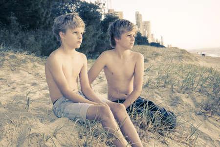 hermanos jugando: dos j�venes hermanos en la playa Foto de archivo