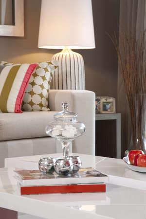 Salle de séjour dans nouvelle maison en rangée moderne