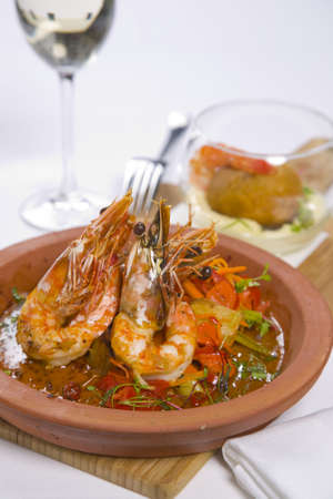 sizzling: sizzling prawns with condiments and wine Stock Photo