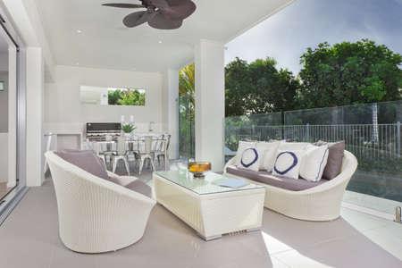 undercover: Lussuoso patio coperto con divani, barbecue e zona pranzo