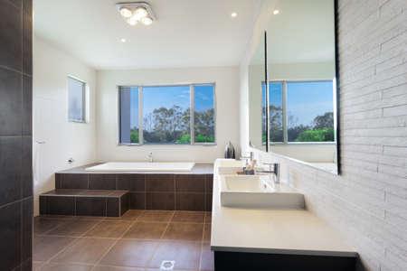 piastrelle bagno: Bagno moderno ed elegante a due letti con bagno