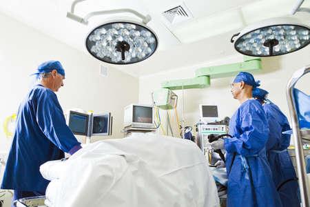 quirurgico: La cirugía con mesa de operaciones, las enfermeras y el cirujano