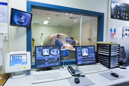 resonancia magnetica: Máquina de resonancia magnética y las pantallas con el médico y la enfermera