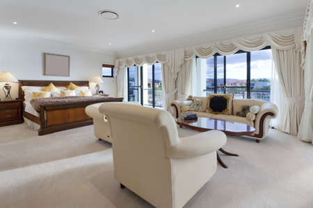 master bedroom: Spacious master bedroom in luxury house overlooking the water