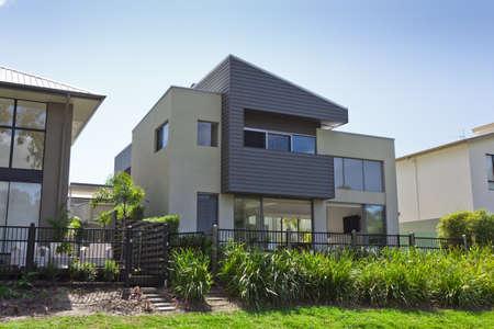 Moderne de deux étages devant la maison australienne