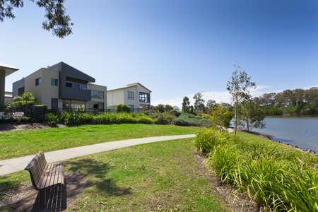 case moderne: Moderno due anteriori piani casa australiana si affaccia su un parco e sul fiume Archivio Fotografico