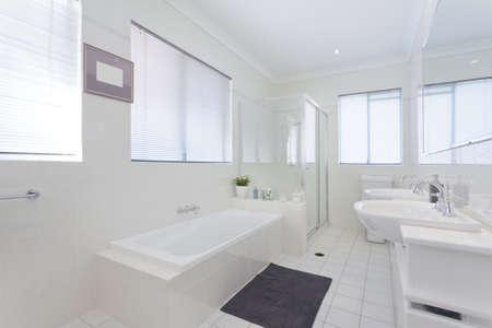 bathroom faucet: Cuarto de ba�o moderno en la casa de estilo australiano