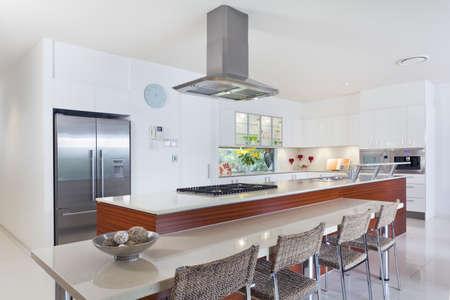 microondas: Cocina moderna con electrodom�sticos de acero inoxidable en la mansi�n australiano