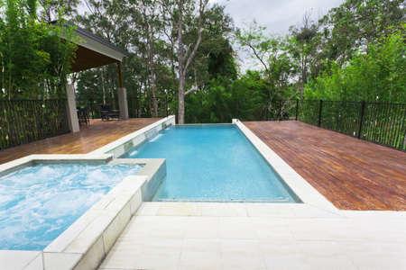Jardín moderna con área de entretenimiento y piscina en casa con estilo australiano
