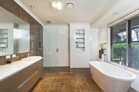bad fliesen: Modernes Bad in stilvollem Australian Haus
