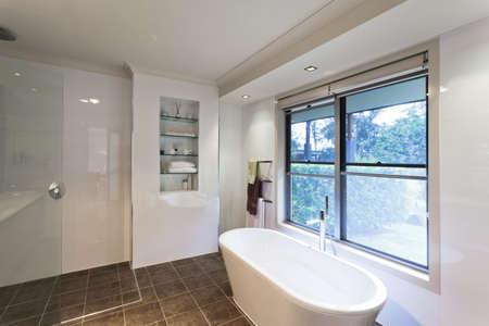 piastrelle bagno: Bagno moderno in elegante casa australiana