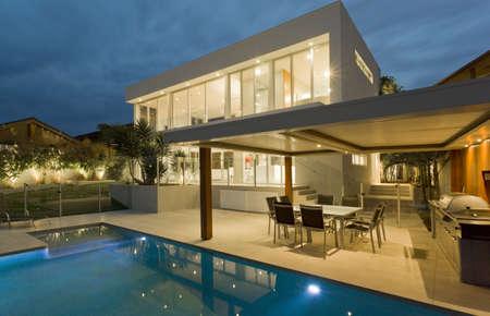 paredes exteriores: Jard�n moderna con piscina en la mansi�n de Australia