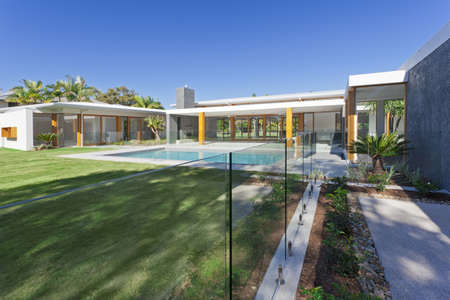 pool deck: Modern backyard with swimming pool in Australian mansion Stock Photo