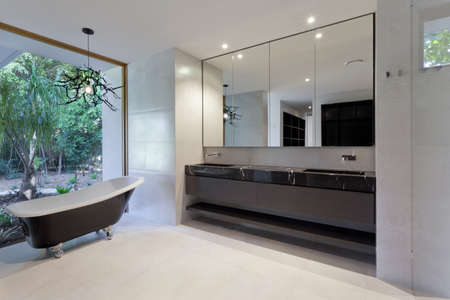 bad fliesen: Luxus-Badezimmer mit Spiegel, Waschbecken und klassische Badewanne