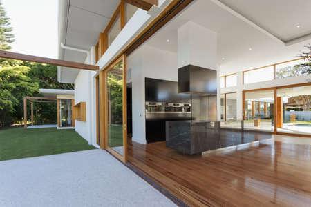 cucina moderna: Cucina e soggiorno di lusso in un palazzo nuovo