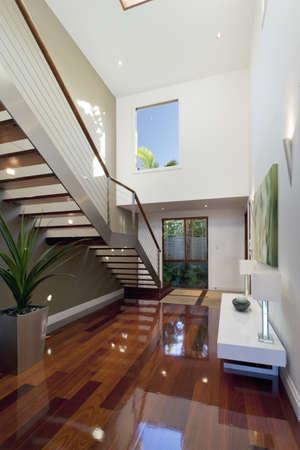 couloirs: Int�rieur de la maison de style avec escalier Banque d'images