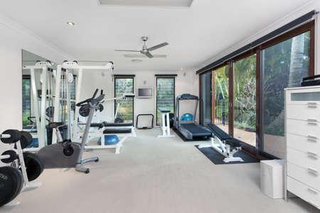 Eigen fitnessruimte in luxe huis Stockfoto