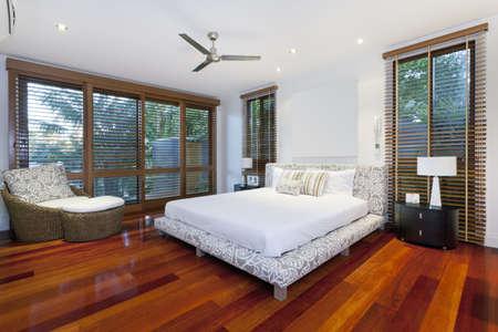 chambre à coucher: Chambre de maître de style dans la maison de luxe